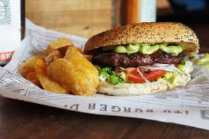 Hamburger i pieczone ziemniaczki.
