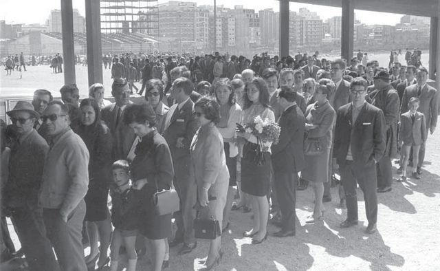 Kolejka kibiców do katafalku Julio Césara Beníteza na Camp Nou (1968).