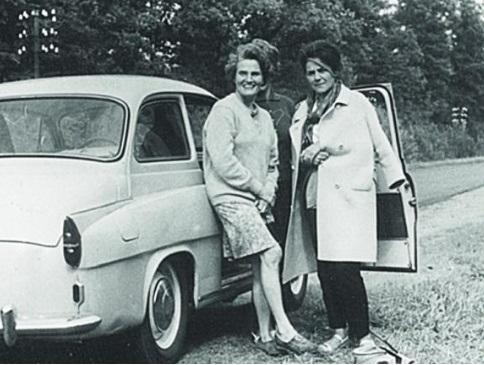 """Carmen Laforet i Karolina Babecka. Fragment okładki książki """"Za żelazną kurtyną. Podróż do Polski w 1967 roku""""."""